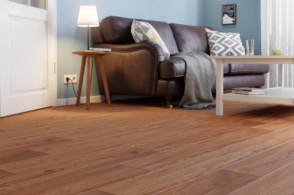 Milieubild Wohnzimmer mit Sofa und Tisch von Eiche Moschus Vinylboden StrongCORE Rigid - Interio