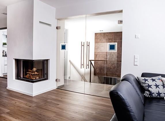 Ganzglas-Doppelflügeltür von Erkelenz im Wohnzimmer