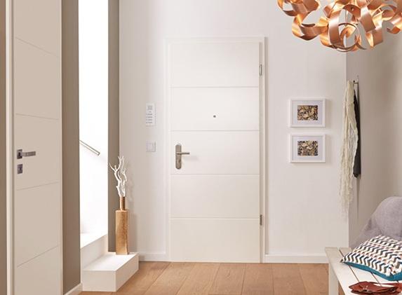 Weiße Lombardo Wohnungseingangstür mit vier Rillen