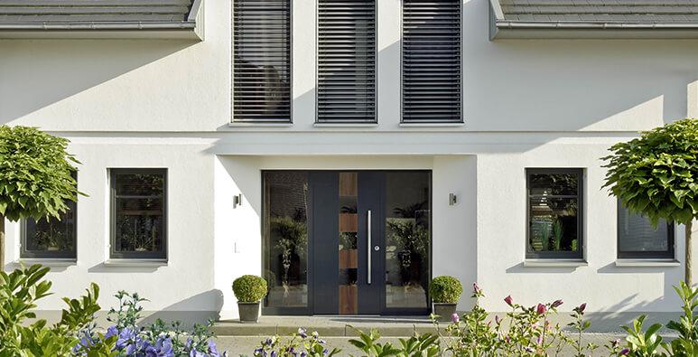 Milieubild: Haustür aus Aluminium und Holz mit Glasausschnitt von Kneer