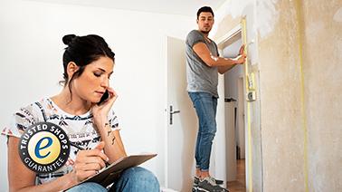 Junge Paar beim renovieren