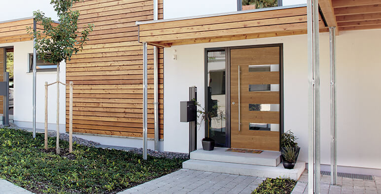 Milieubild: Holz Haustüren Modell 17 329 und Modell 17 328 von Kneer