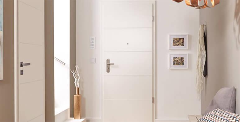 Hausflur mit weißer Wohnungseingangstür Lombardo von Jeld-Wen