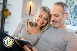 Ehepaar mit Computer beim Online-Shopping