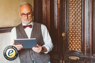 Mann mit Computer beim Online-Shopping