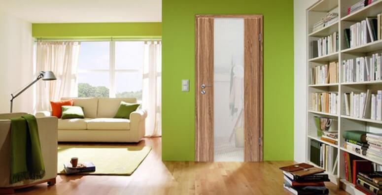 Wohnzimmer mit Nature Nussbaum Holzglastür von Lebo