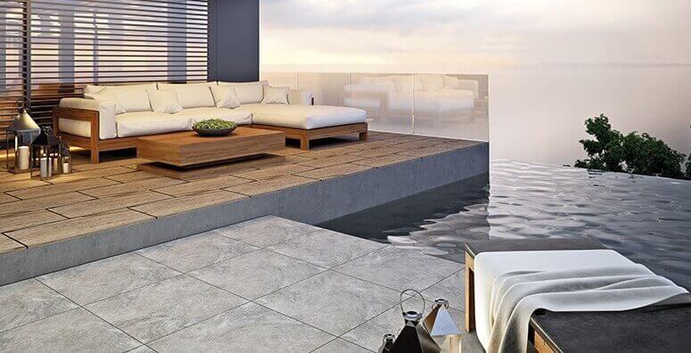 Geflieste Terrasse mit Pool