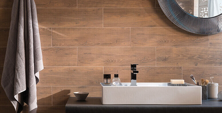 Badezimmer mit Wandfliesen in Holzoptik