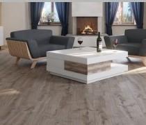 Laminat dunkle Eiche im Wohnzimmer mit zwei Sesseln